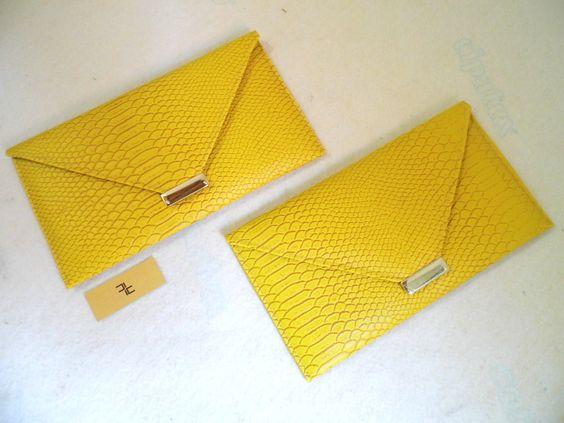 Referência: Flor Adelfa Tamanho: 29cm x 16,5cm Bolsa carteira - couro ecológico amarelo.