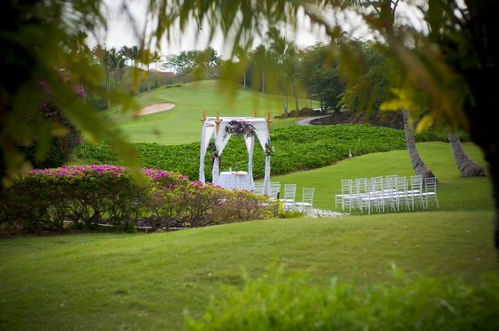 Gannon's Wedding Knoll offers views of beautifully manicured golf course and ocean views.  It's conveniently located to the restaurant for dining afterwards.  http://amauiweddingday.com weddingplans@amauiweddingday.com (808) 280-0611