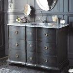 Une commode ancienne ou un buffet transformé en meuble-vasque ? Une bonne idée pour harmoniser sa salle de bains avec le reste d'une maison au charme d'antan.
