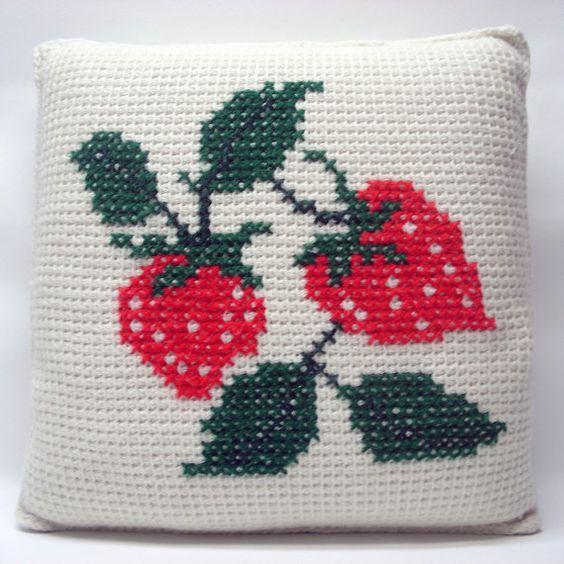 Strawberry pillows Kussen met aardbeien borduursel