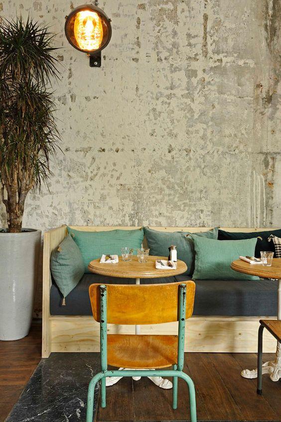Γγρ│ C'est un café/resto mais cela peut aussi être chez vous pour un coin repas bien sympathique...