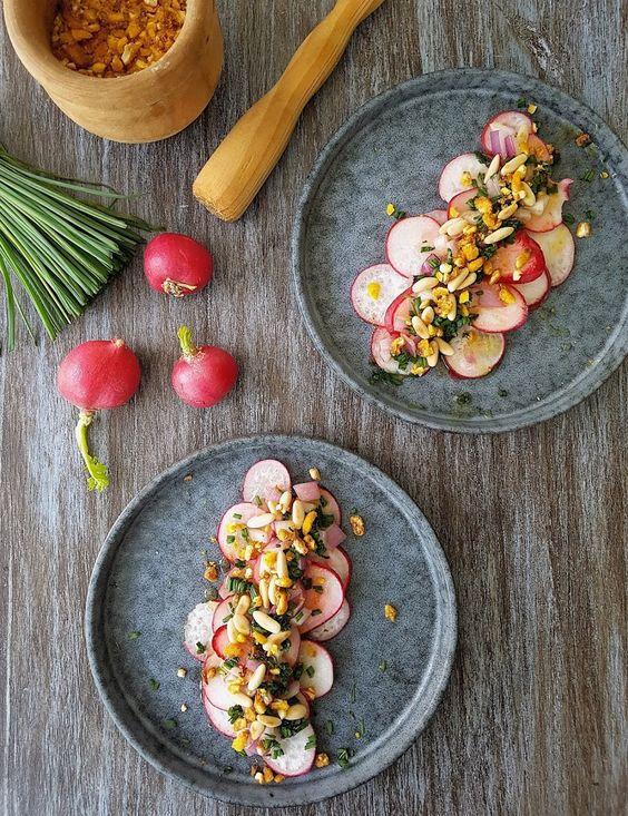 Cocinando con Neus: Carpaccio de rábanos con crujiente de kikos