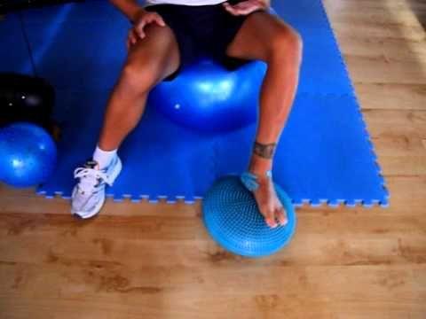 Riabilitazione distorsione alla caviglia propriocezione su cuscino propriocettivo - YouTube