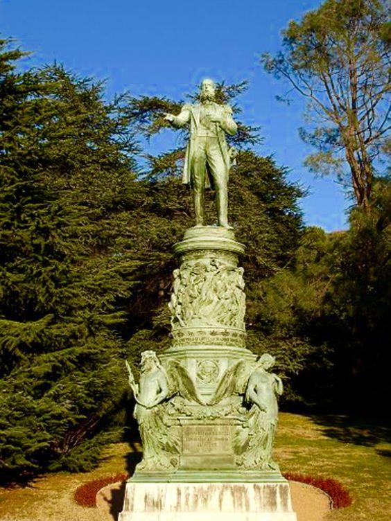 Monumento a Maximiliano en los jardines de Miramar
