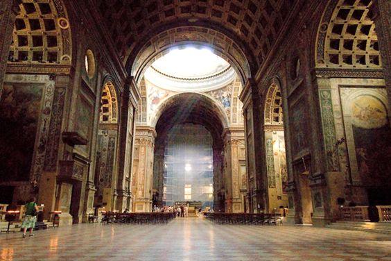 San Andrea i wnętrze, które dzięki swej funkcjonalności i przejrzystości wykorzystano w jezuickich kościołach (także Il Gesu); nawy  z arkadami otwierającymi się na ciąg kaplic bocznych, kopula na skrzyżowaniu naw