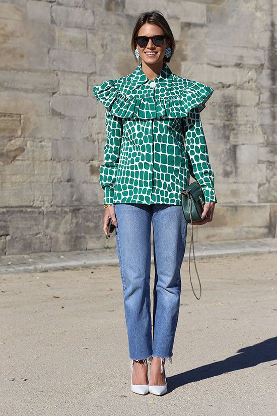 Bonjour, Helena Bordon! A printed green ruffled top is balanced out with casual jeans, while the bejeweled floral earrings + pumps keep the look street style appropriate. Très chic! #pfw: