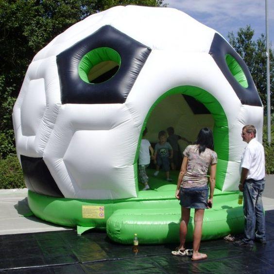 Die Hüpfburg in Form eines Fußballs darf bei keinem Fußball-Event fehlen. Hier muss nicht das Runde in das Eckige, sondern die Kinder in den Ball.