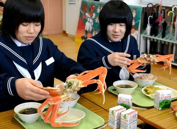 写真・図版 中3の給食、生徒1人に特産のカニ1杯 鳥取