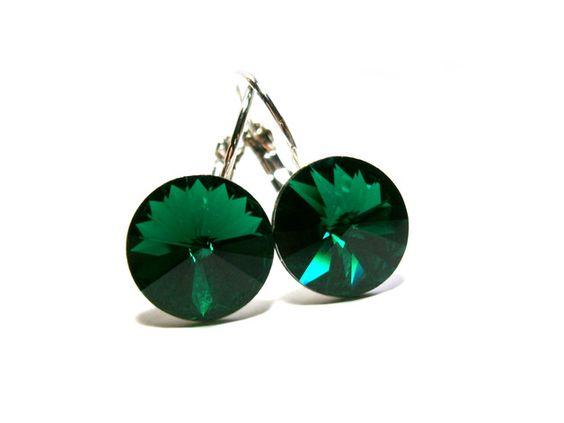 **Ohrringe grün** mit peridotgrünen, facettiert geschliffenen Markenkristallen aus österreichischer Manufaktur. Die grünen Kristalle haben einen brillanten Rivolischliff und haben einen Durchmesser...