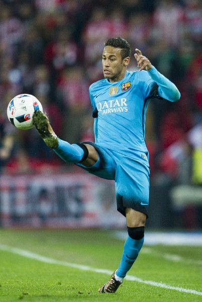Neymar of FC Barcelola controls the ball during the Copa del Rey Quarter Final First Leg match between Athletic Club and FC Barcelola at San Mames Stadium on January 20, 2016 in Bilbao