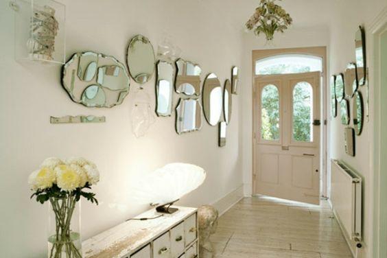 Couloir blanc orné de miroirs de tailles et formes diverses