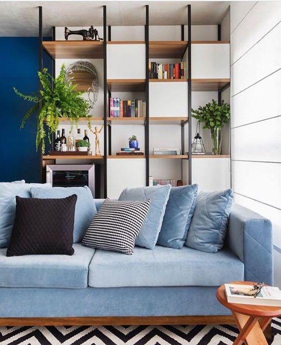 Amamos sofás em tons de azul deixam o ambiente com muita personalidade. E a estante atrás ajuda a organizar os objetos decorativos plantas livros e até uma adega!  {projeto @spestudio} . . #cdasalas #saladeestar #blogcasadasamigas