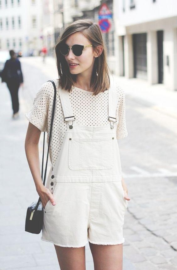 Den Look kaufen:  https://lookastic.de/damenmode/wie-kombinieren/weisses-und-schwarzes-gepunktetes-t-shirt-mit-rundhalsausschnitt-weisse-kurze-latzhose-schwarze-leder-umhaengetasche/1310  — Weiße Kurze Latzhose  — Weißes und schwarzes gepunktetes T-Shirt mit Rundhalsausschnitt  — Schwarze Leder Umhängetasche