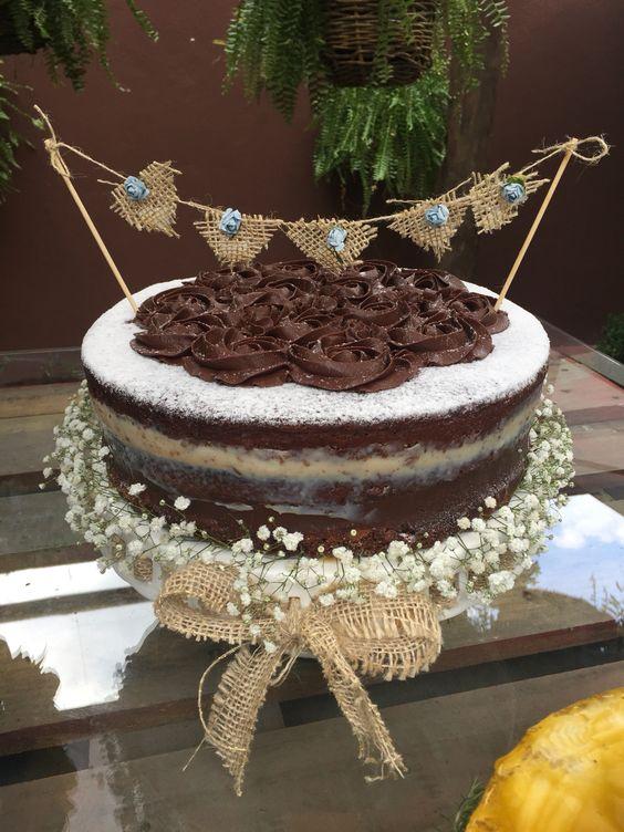 Naked cake de ganache com nozes.