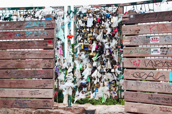 Candados de enamorados, Federico Moccia, también en Barcelona. Senderos en subida hacia la terraza del Park Güell - Barcelona