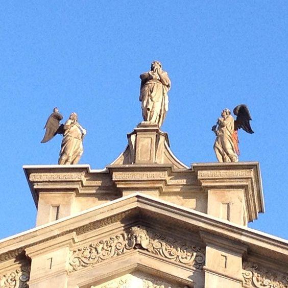 Quando basta il sole.  #santamariadeimiracolipressosancelso #chiesa #architettura #arte #facciata #angeli #scultura #church #architecture #art # #facade #angels #sculpture  #luce #cielo #azzurro #lightf #sky #blue #nofilter #noediting  #Milano #Milan #whywelovemilano #loves_milano #milanodavedere #milano_go #igersmilano #igersitalia  #conlaverdipermilano by thegianaz
