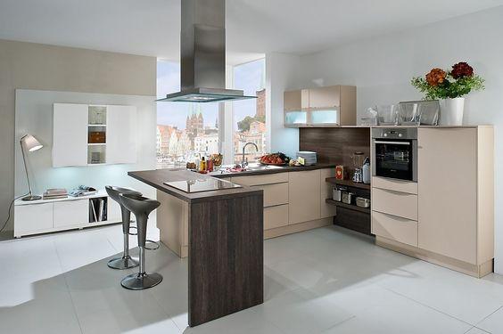 Lichte L-vormige keuken met bar - houttinten