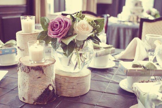 ... originale en troncs de bouleau, bougies et vases ronds avec roses