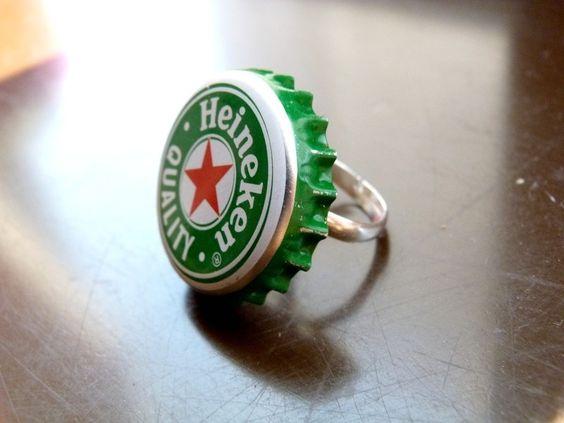 Une bague originale constituée dune capsule de bière Heineken, idéale pour des soirées entre amis par sa touche d'humour et son ton décalé !
