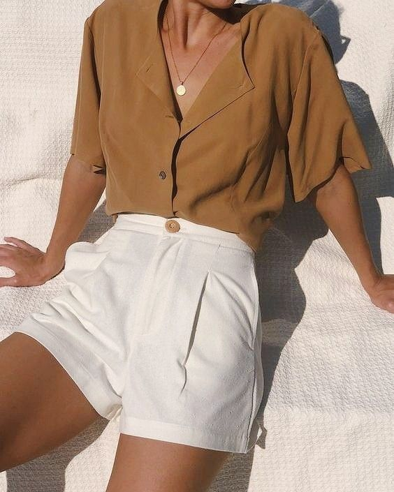 A camisa é um dos itens mais versáteis do guarda roupa de qualquer amante da moda. E, quando as temperaturas sobem, a peça ganha versões mais fresquinhas e levinhas, perfeitas pra encarar o calor. Selecionamos algumas delas que já caíram na graça das fashionistas por aí pra você roubar já e passar o verão tranquila e estilosa. Corre pro link da bio pra encontrar a sua ❤ #SummerComeback