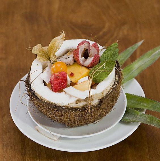 Tropischer Fruchtsalat mit Ananas, Maracuja, Litschi