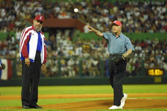 14 de mayo 2002. Castro observa al ex presidente estadounidense Jimmy Carter lanzar una pelota de béisbol antes de un partido entre dos equipos cubanos en La Habana. Carter fue el primer ex-presidente estadounidense en visitar Cuba desde la revolución de 1959.