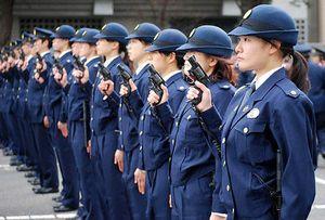 銃を持っている女性警官