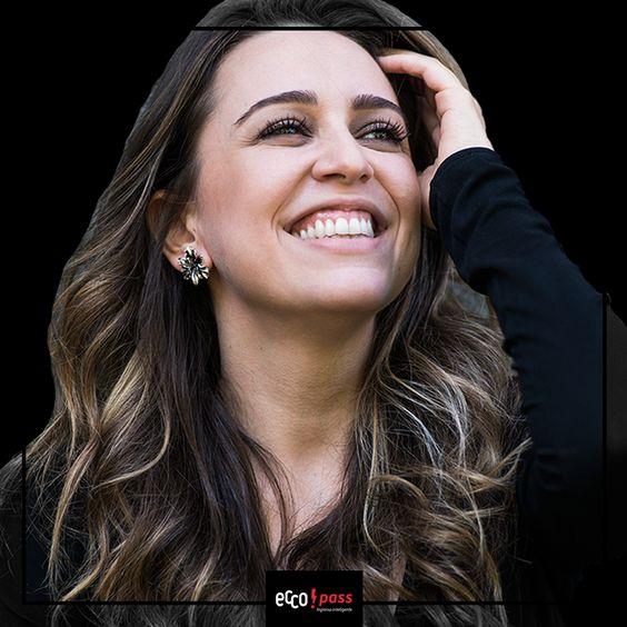 """""""Por isso a hora é de vibrar..."""" Vibre e programe-se! Roberta Sá vem à Florianópolis dia 13 de Maio para show no Teatro do CIC. Não perca tempo, garanta o melhor lugar no show: https://goo.gl/Rih1UH"""