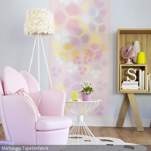 die stehleuchte mit schirm aus gelben rosenbl ten f hrt den romantischen look des wohnzimmer an. Black Bedroom Furniture Sets. Home Design Ideas