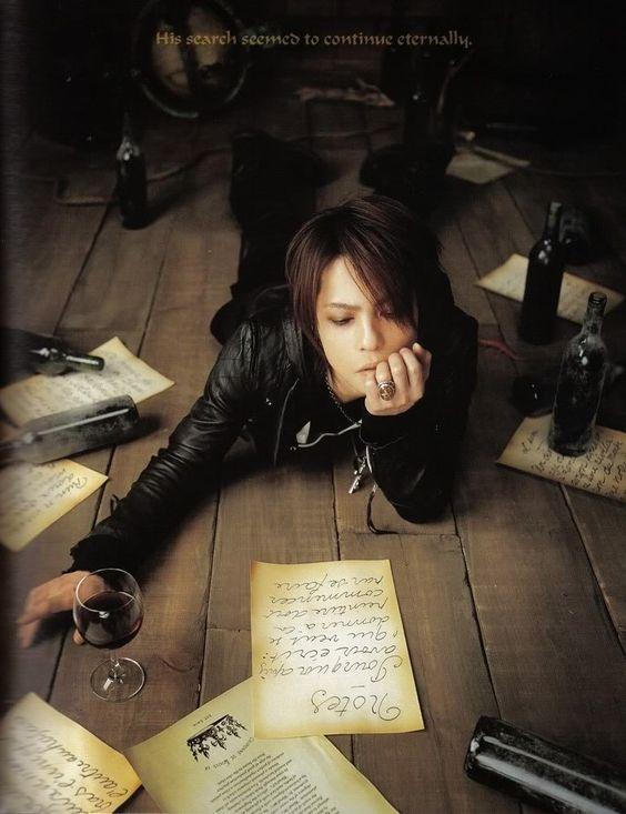 紙が散らばっている床に寝転がるL'Arc〜en〜Ciel・hydeの画像