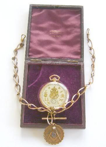 Maçon, Elgin de 1909, Com Correntes e Estojo!!!! Trata-se de uma rara peça MAÇON, aconpanhada das originais correntes também Maçon, e o estojo,(rachado no exterior), do revendedor Inglês, em Sheffield. A caixa em metal banhada a ouro está em excelente estado, sendo de rosca. Saiba mais em http://www.relogiosdebolso.com/epages/180481.sf/pt_PT/?ObjectPath=/Shops/180481/Products/REA.289