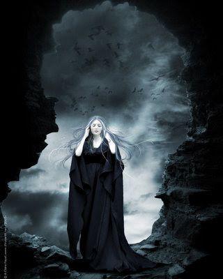 O aspecto menos compreendido da Grande Mãe - e, por isso, o mais temido - é a Deusa Negra, a Face Ceifadora.  Assim como a Donzela, a Mãe e a Anciã regem etapas do eterno ciclo da vida - do nascimento, amadurecimento e do declínio, a Deusa Negra encerra o ciclo e representa a decomposição e a morte.