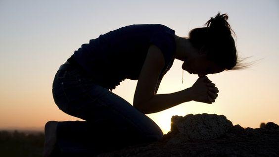 imádkozó, könyörgő nő