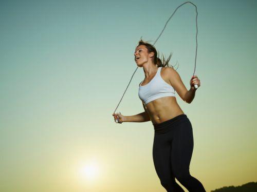 yahoolifestyle:      Se você acha que pular corda é coisa só para criança, está enganado! Além de ser uma das atividades aeróbicas mais completas, ela ajuda a emagrecer e queimar muitas calorias.