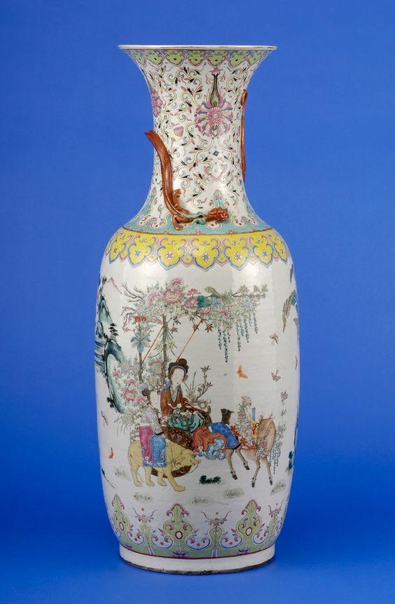 Duesseldorfer Auktionshaus  Vase China 19. Jhdt. Umlaufender Dekor in Farben der famille rose. Eingezogener Hals mit applizierten Drachen. Ziervergoldet. H 90 cm