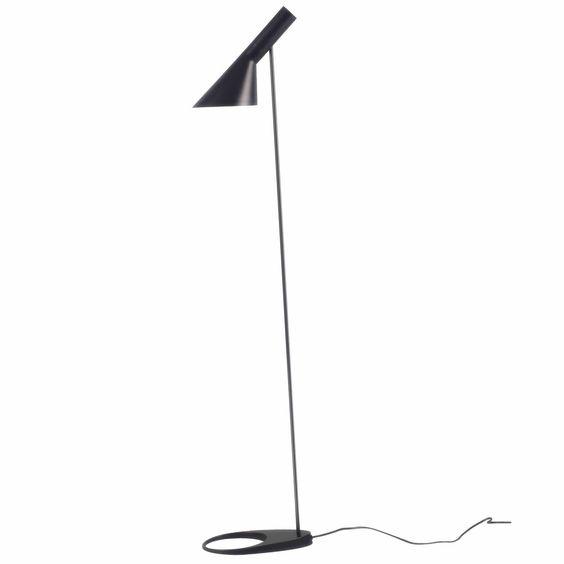 Luminária de pé de design fabricada em aço carbono e liga de zinco. Disponível em preto ou branco. Descubra também a luminária JACOBSEN na versão mesa. Funciona com lâmpada E27 1*60W não incluída.
