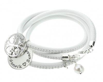Ein weiches Nappaleder Armband in weiß mit einem Namensanhänger. Armband mit Lebensbaum und Namen.