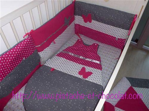 Tour de lit sur mesure, fuchsia, gris et blanc, avec un décor papillon. Modèle unique made in France by Pistache & Chocolat
