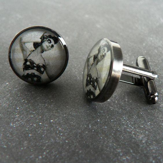 Boutons de Manchette Rétro, Pin Up avec maillot de Bain et Lunettes de Soleil en Noir & Blanc sur fond rayé : Bijoux pour hommes par l-oiseau-seraphine