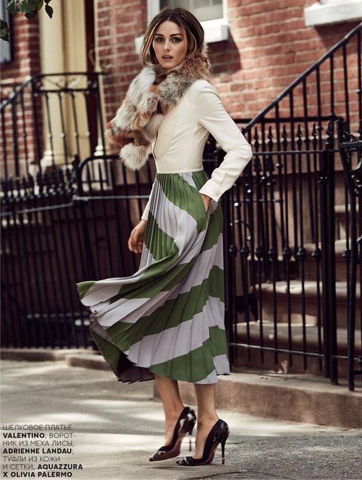 Combinar jersey verde con pantalones beige, pañuelo marrón y gris
