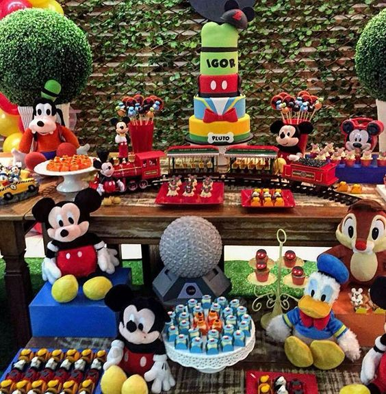 Lindo   By  @nikalindencakesandsweets Bom diaaa! Mesa especial do feriado - Turma do Mickey! ❤️ Que festa maravilhosa com a @nikalindencakesandsweets #mickey #mickeymouse  #mickeyparty #disney #disneyworld #waltdisneyworld #instagood #photoogtheday #tbt #cute #festainfantilbrasilia #Brasil #inspiresuafesta #personalizados #lembrancinhas #decor #decoracaoinfantil #inspiresuafesta #bloginspiresuafesta #blogdefestainfantil #blogdefestasinfantis #mesadecorada #festapersonalizada #decoraca...