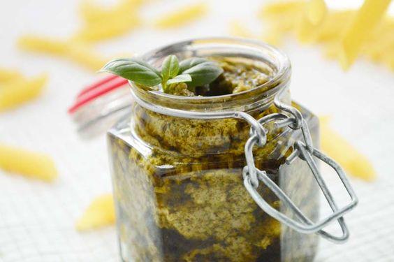 Dieses Rezept vom Bärlauchpesto passt gut als Brotaufstrich, unter Topfen oder zu allen Sorten Nudeln.