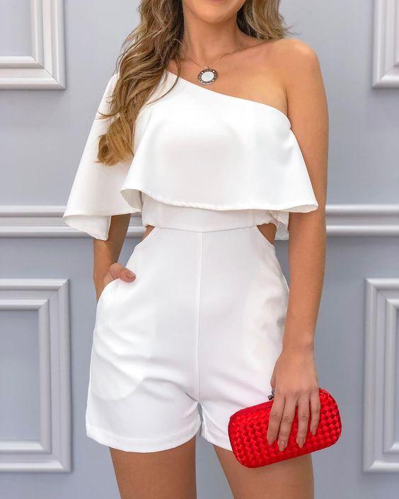 outfits blanco con short de vestir y bolsa roja