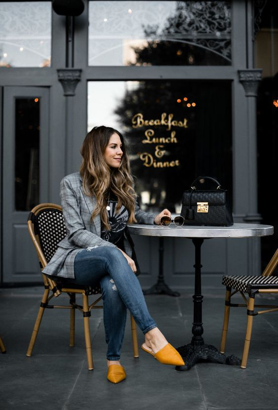 Mujer sentada en un café