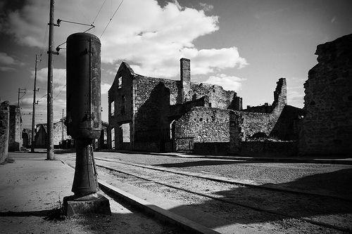 Oradour-sur-Glane — el pueblo fantasma    Oradou-sur-Glane es un pueblo fantasma francés que quedó destruido por la 2ª Divisón Panzer SS Das Reich el 10 junio de 1944, durante la Segunda Guerra Mundial, cuando sus 642 habitantes, hombres, mujeres y niños, fueron masacrados por las tropas invasoras.