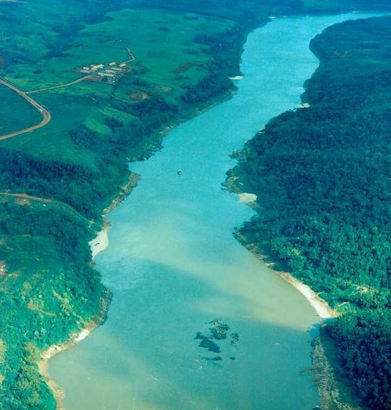 Local (hoje inexistente) da Pedra-Que-Canta, que deu lugar à usina hidrelétrica binacional de Itaipu, na fronteira entre Brasil e Paraguai.