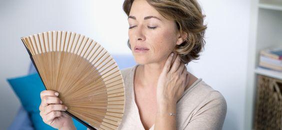 La menopausia es una parte normal del proceso de envejecimiento de la mujer, pues los ovarios detienen la liberación de óvulos y los períodos menstruales cesan, proceso que la mayoría de las mujeres experimentan alrededor de los 50 años de edad