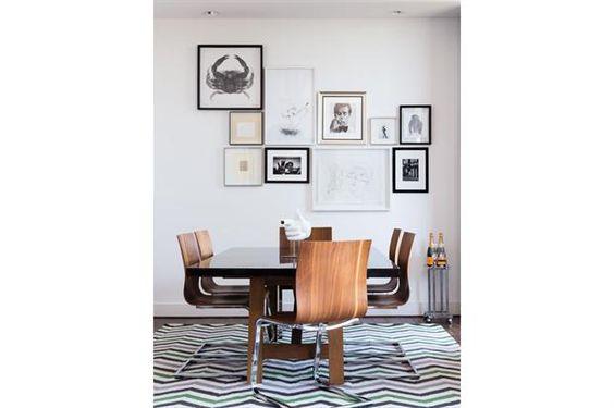 6 estilos para tu comedor  Un muro con una linda composición de cuadros, fotos y…