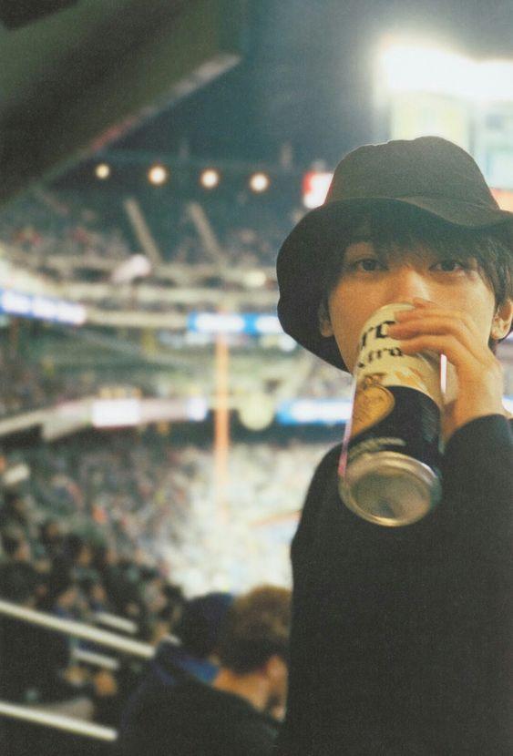 スポーツ観戦で飲み物を飲んでいる吉沢亮の高画質画像