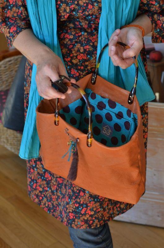 Un cabas précieux comme un bijou : cuir, tissu Kokka et anses en écailles